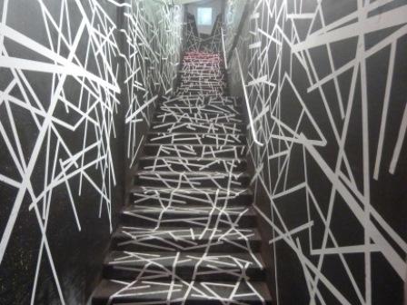 Fresque géométrique sur les murs de la Maison Commune